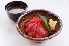 Akami唐:日语蒸了与金枪鱼的米顶部服务用山葵和皮刺姜和大酱汤 库存照片