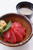 Akami唐:日语蒸了与金枪鱼的米顶部服务用山葵和皮刺姜和大酱汤 免版税库存照片