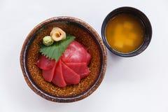 Akami唐:日语蒸了与金枪鱼的米顶部服务用山葵和皮刺姜和大酱汤 库存图片