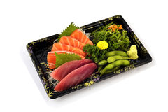Akami或金枪鱼和三文鱼生鱼片用在交付低成本箱子集合的木豆和辣海草沙拉日本传统食物填装 图库摄影