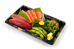 Akami或金枪鱼和三文鱼生鱼片用在交付低成本箱子集合的木豆和辣海草沙拉日本传统食物填装 库存图片