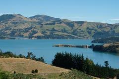 Akaroa,银行半岛,克赖斯特切奇新西兰全景  在一清楚的夏天` s天拍的照片 图库摄影