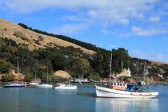 Akaroa Hafen und Boote Stockfoto