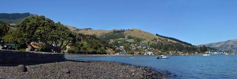 Akaroa Plażowa & Grodzka panorama, Nowa Zelandia obrazy stock