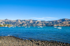 Akaroa som lokaliseras på den södra ön av Nya Zeeland Royaltyfria Foton