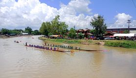Akart-Amnouy Skonnakorn/Ταϊλάνδη - 27 Αυγούστου 2018: [Μακριά βάρκα στοκ εικόνες