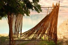 Akazie mit einer mit Stroh gedeckten Wand auf der Küste Lizenzfreies Stockfoto