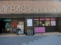 AKB48咖啡馆&商店在Akihabra,东京--最大的带在世界, AKB48,日本的最普遍的带上,在Akihabr每日执行 免版税库存照片