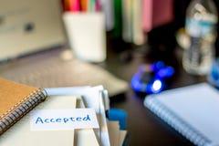 Akceptujący; Sterta dokumenty i laptop przy pracującym biurkiem zdjęcia stock