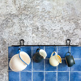 akcesoriów tła odosobniony kuchenny biel Wiszący dzbanki Retro projekta ceramiczni miotacze Obraz Stock