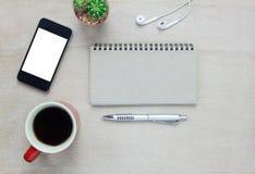Akcesoria biurowy biurko telefon komórkowy, nutowy papier, pióro Obrazy Royalty Free