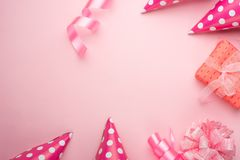 Akcesoria dla dziewczyn na różowym tle Zaproszenie, urodziny, girlhood przyjęcie, dziecko prysznic pojęcie, świętowanie Sztandar  obrazy stock