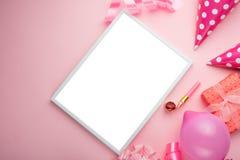 Akcesoria dla dziewczyn na różowym tle Zaproszenie, urodziny, girlhood przyjęcie, dziecko prysznic pojęcie, świętowanie Z ramą dl fotografia royalty free