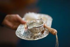 Akcesoria dla ochrzczenia dziecko srebna taca i miotacz zgodnie z kościelnymi tradycjami - zdjęcia stock