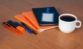 Akcesoria pisać list, pusta odznaka i filiżanka, Obraz Royalty Free
