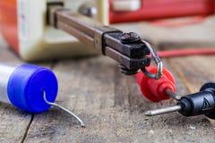 Akcesoria w elektronika warsztatowych Lutowniczy żelazo, cyna i fotografia stock