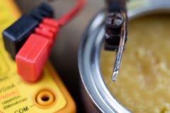 Akcesoria w elektronika warsztatowych Lutowniczy żelazo, cyna i obraz stock