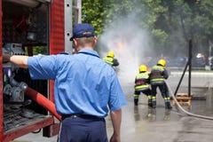 akci strażaka strażaków target681_1_ pożarnictwo zdjęcie stock