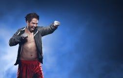 Akcja mężczyzna azjatykci bokser z patką w jego ręce Obrazy Stock