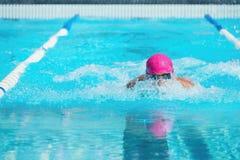 Akcja strzału pływaczki pływacka żabka obraz stock