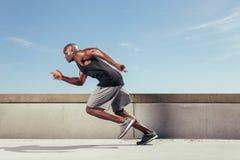 Akcja strzelał sporty młody człowiek biega outdoors Obraz Royalty Free