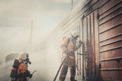 Akcydensowy ratownik Pożarniczy ratunek eliminuje ogienia Zdjęcie Royalty Free