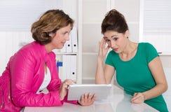 Akcydensowy wywiad lub biznesowy spotkanie pod dwa kobietą Fotografia Royalty Free
