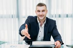 Akcydensowy zatrudnia osoba werbująca szef trzyma out ręki karierę obraz stock