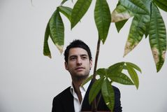 Akcyjna fotografia młoda biznesmena główkowania zieleń fotografia royalty free