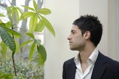Akcyjna fotografia młody biznesmen z zielonymi koncernami fotografia royalty free