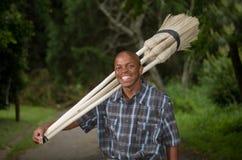 Akcyjna fotografia południe - afrykański przedsiębiorcy małego biznesu miotły sprzedawca zdjęcie royalty free