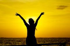 Akcyjna fotografia: Profil kobiety sylwetki dopatrywania słońce na b Obraz Royalty Free