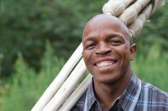 Akcyjna fotografia uśmiechnięty czarny południe - afrykański przedsiębiorcy małego biznesu miotły sprzedawca Obrazy Royalty Free