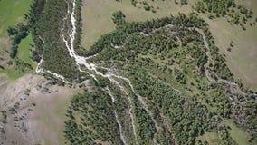 Akcyjnego materiału filmowego Alpejski Latający widok z lotu ptaka rzeczna delta zbiory