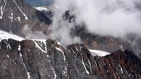 Akcyjnego materiału filmowego widok z lotu ptaka Brown Alpejska Halna szarość chmurnieje zbiory