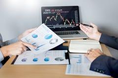 Akcyjni handlowowie patrzeje finansowego analiza marketingu raportu handel zaopatrują online w biurze fotografia royalty free