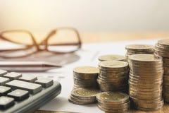 Akcyjni pieniężni wskaźniki z sterta kalkulatorem i monetą Obrazy Stock