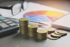Akcyjni pieniężni wskaźniki z sterty monetą Pieniężny rynek papierów wartościowych Fotografia Royalty Free
