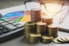 Akcyjni pieniężni wskaźniki z sterty monetą Pieniężny zapas Zdjęcie Royalty Free