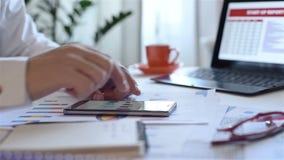 Akcyjny handlowiec Patrzeje telefon komórkowego zbiory wideo