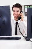 Akcyjny makler opowiada na telefonie obraz royalty free