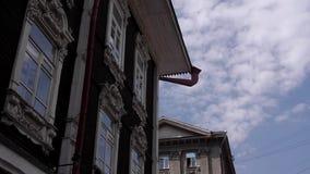 Akcyjny materiał filmowy Nad starego drewnianego domu postu chmury pierzastej spławowymi chmurami zdjęcie wideo