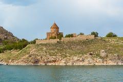 Akdamar ö med den armeniska domkyrkakyrkan av helgedomkorset i Van Lake kalkon arkivfoton