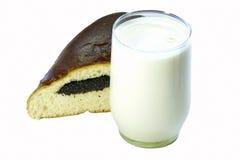 ake玻璃牛奶罂粟种子 免版税库存照片
