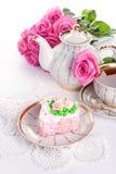?ake avec les roses et la cuvette de thé Photos stock