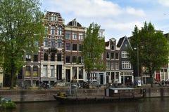Aken op een kanaal en typische huizen - Amsterdam, Nederland stock foto