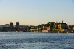 Aker Brygge und Akershus-Festung, in Oslo, von den Fjorden Stockfoto