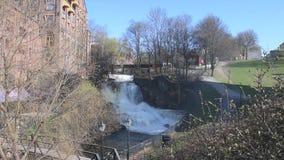 Akerselva河的最大的瀑布在奥斯陆是那个在叫作` Hønse-Lovisas hus `的村庄附近 股票视频