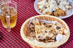 Akes avec de la bière sur une nappe à carreaux photo stock