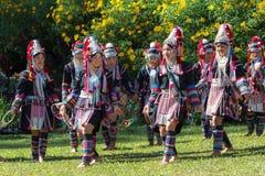 Akha小山部落传统跳舞在泰国 库存图片